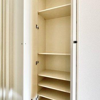 お部屋の収納はこちらのみ。シューズボックスとの兼用になります。