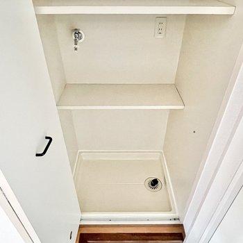 洗濯機置き場は扉で隠せてスッキリ◎