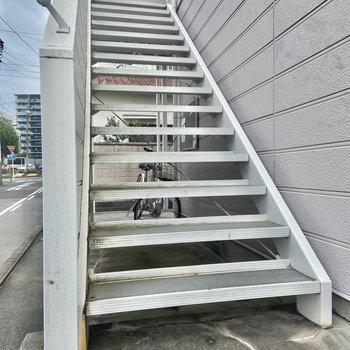 こちらの階段でお部屋まで。