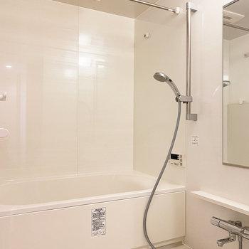 高さ調整のできるシャワーヘッドに、浴室乾燥機は頼もしい限りです。