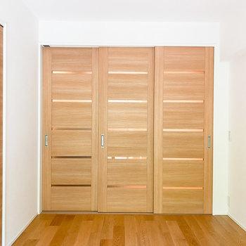 【洋室ー南東】木目調のスライドドアがグッド!
