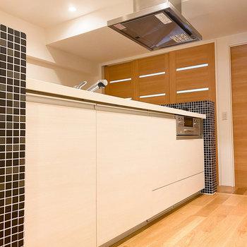 さて、お待ちかねのキッチンへ。ホワイトの見た目がかっこいい〜。