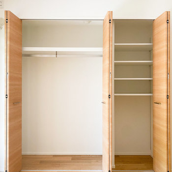 【洋室ー南東】左にはコート、右にはアクセサリーなどをすっきりと収納を。