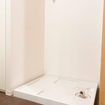 右隣には洗濯機置き場。お好みのものをどうぞ。