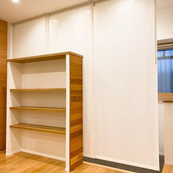 【LDK】ラックには小物や本などで魅せる収納を。後ろのカーテンも素敵〜。