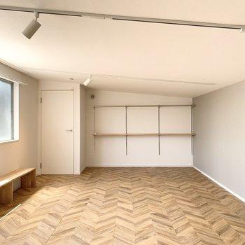 【洋室】ヘリンボーンの床がおしゃれなんです。