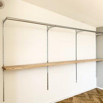【洋室】収納は可動式。洋服なども掛けて収納できます。