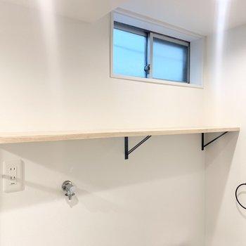 上部には棚がついています。洗剤やバスタオルなどを置きたいな。