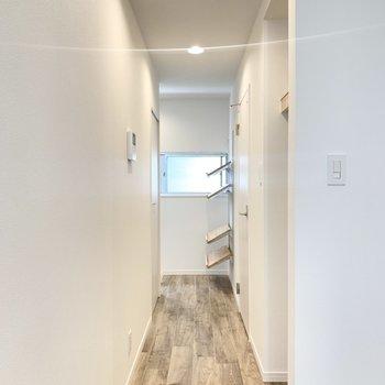 続いて廊下へ。