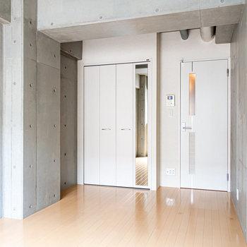 ベランダ側から。※写真は2階の同間取り別部屋のものです