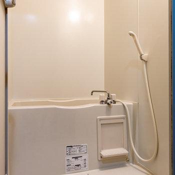 バスルーム。天気が悪い日は浴室乾燥機をご利用ください。※写真は2階の同間取り別部屋のものです