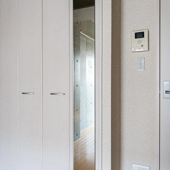 扉に鏡が付いています。※写真は2階の同間取り別部屋のものです