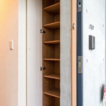 大きめの靴箱。しっかり整理整頓できます。※写真は2階の同間取り別部屋のものです