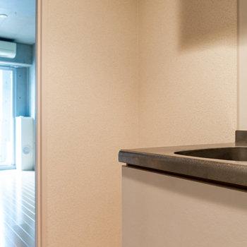 冷蔵庫はシンク横に。ワイドは約63cm。※写真は2階の同間取り別部屋のものです