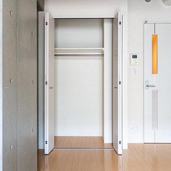 クローゼットはまずまずのサイズ。※写真は2階の同間取り別部屋のものです