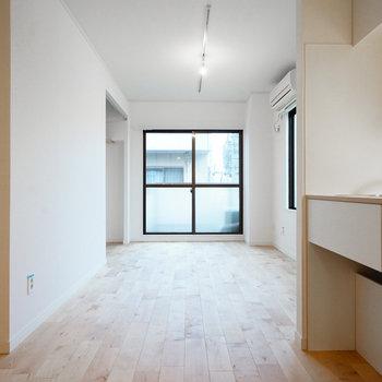 【イメージ】奥まで伸びる木の床※キッチンの仕様が異なります