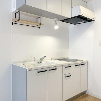 キッチンには可愛らしい木製棚が!スポットライトで料理もより美味しく見えそう◎