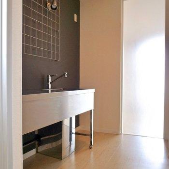 では注目ポイントのキッチンを!ややゆとりのあるスペースです。(※写真は3階の反転間取り別部屋のものです)