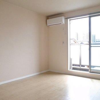 シンプルなお部屋。実際は白のクロスです。(※写真は3階の反転間取り別部屋のものです)