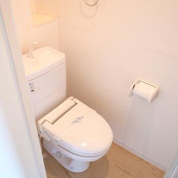 トイレは玄関のそばです。(※写真は3階の反転間取り別部屋のものです)