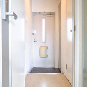 短い廊下の先に玄関が。(※写真は3階の反転間取り別部屋のものです)