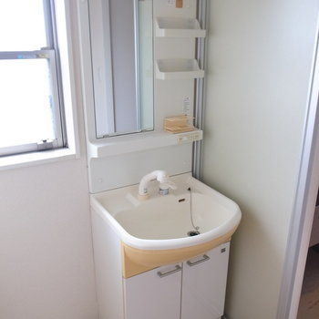 洗面台と、(※写真は3階の反転間取り別部屋のものです)