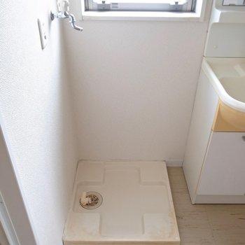 洗濯パンが隣同士。窓があるのでここも明るいですね。(※写真は3階の反転間取り別部屋のものです)