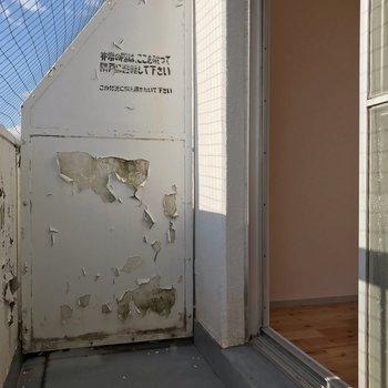 バルコニーは少しコンパクトで、鳩よけネットが斜めに張られています。(※写真は10階の同間取り別部屋のものです)