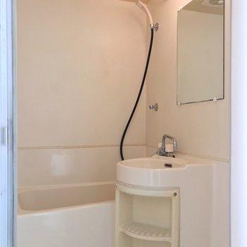 元々は3点ユニットだったので、洗面台との間にカーテンを取り付けられます。(※写真は10階の同間取り別部屋のものです)
