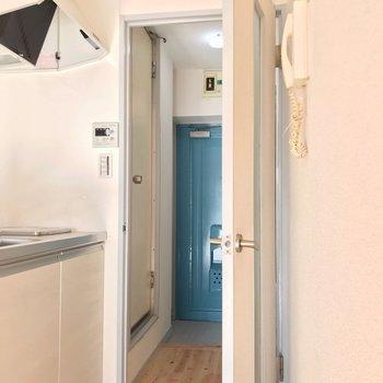 玄関側にお風呂があります。(※写真は10階の同間取り別部屋のものです)