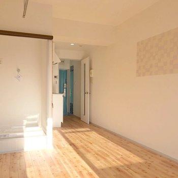 玄関側はこうなっています。右側に見えるのは、アクセントウォール。(※写真は10階の同間取り別部屋のものです)