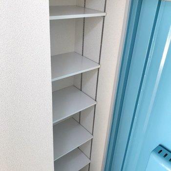シューズボックスはオープン。可動棚でどんな靴も収納しやすいんです。(※写真は10階の同間取り別部屋のものです)