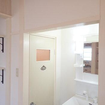 突っ張り棒にカーテンをすれば、洗面台を隠せるので、お部屋のなかがすっきりしますよ。