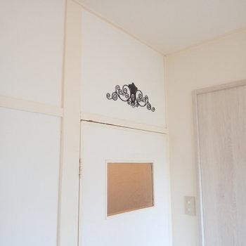 ドアの上にもモチーフがありますね。