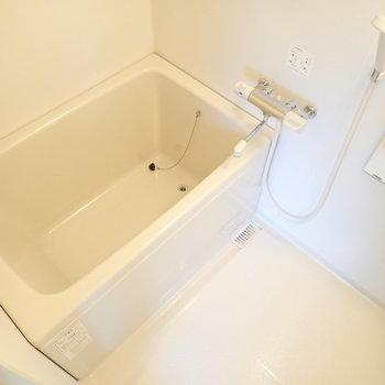 お風呂はシングルレバーで温度調節がしやすいです。