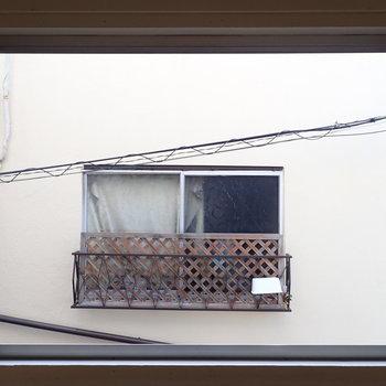 そのそばの窓からはお向かいさん。
