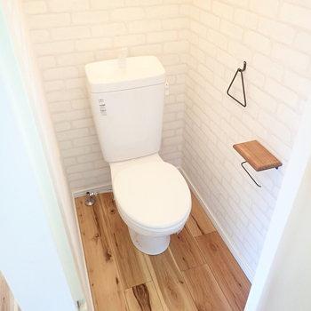 トイレのなかはレンガ調のクロス!どこを見ても楽しいお部屋です。
