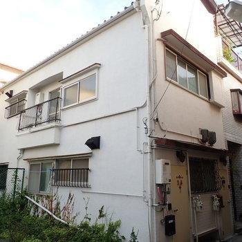 戸建ての1階と2階が、それぞれ賃貸のお部屋になっています。今回は2階のほう!