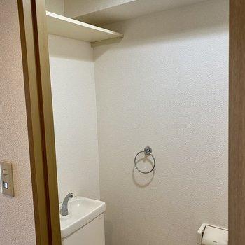 上部棚は高い位置にあるので取っ手付きの収納が便利ですよ。