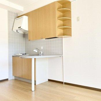 カウンターのあるキッチン。冷蔵庫は横に置けますね。