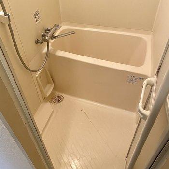 お風呂は少しコンパクト。サーモ水栓で温度調節は楽ですよ◎