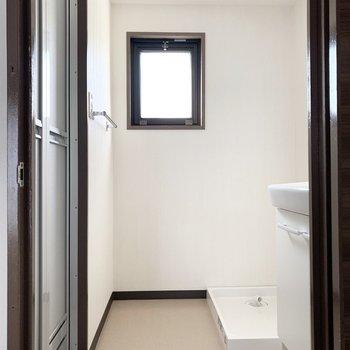 水廻りは廊下からアクセス。