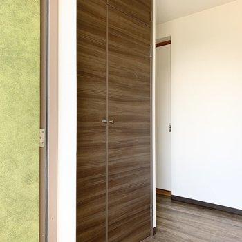 実はドアの脇にこんなに大きな収納が!