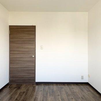 【洋6L】シンプルな6帖の洋室です。
