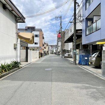 【周辺環境】道幅ゆったりの静かな住宅街です。そばには学校があります。