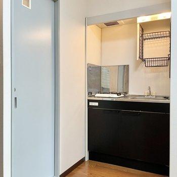キッチンが奥まったところに。ブラックカラーでキリリとしてます。