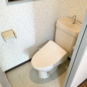 トイレはウォシュレット付き。小花柄の壁紙です。