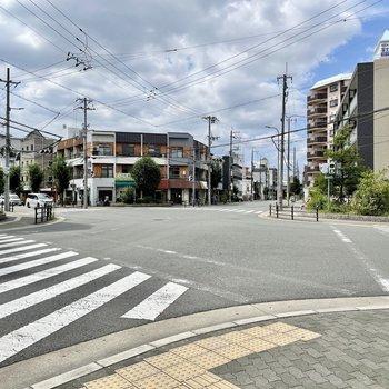 【周辺環境】少し歩くと駅前の交差点。学生さんをよく見かけるところです。