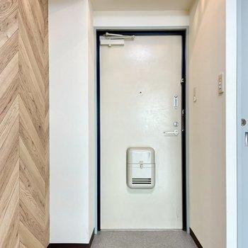 玄関にシューズボックスがないので、ボコッとした部分に追加しましょう。