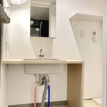 洗面台の横に洗濯機置き場はあります。
